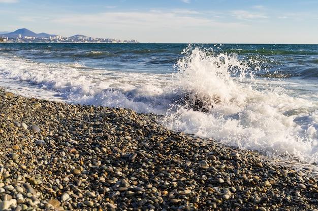 Paysage de mer avec plage et vagues, une journée ensoleillée, mer noire, russie.