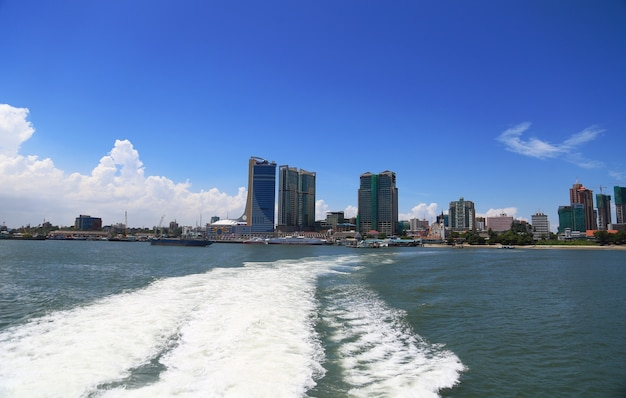 Paysage de la mer et de la ville