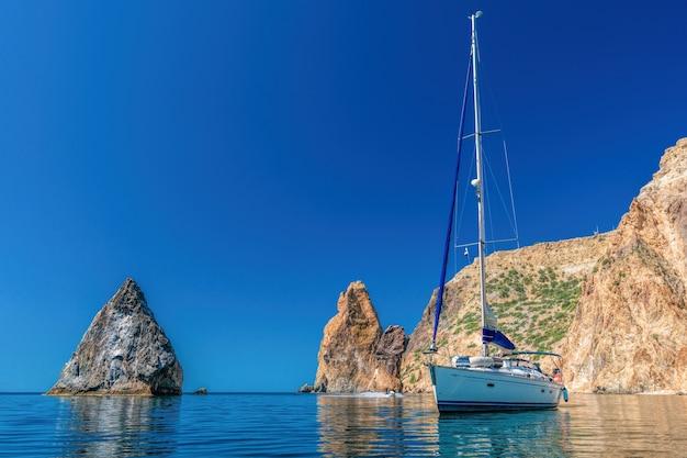 Paysage de mer avec yachts et côte rocheuse