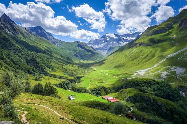 Paysage de montagne et d'alpages dans les alpes françaises