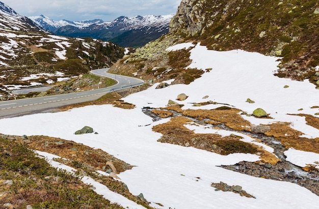 Paysage de montagne des alpes d'été avec route alpine et petit ruisseau (col de fluela, suisse)
