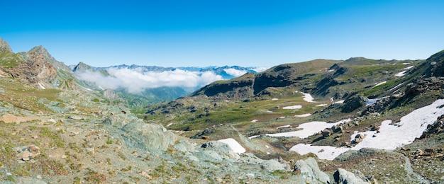 Paysage de montagne sur les alpes, montagnes rocheuses en haute altitude, vallée verte de ciel maussade et sentiers de randonnée pour les vacances touristiques d'été
