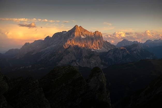 Paysage de montagne au coucher du soleil