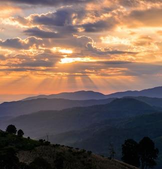 Paysage de montagne au lever du soleil