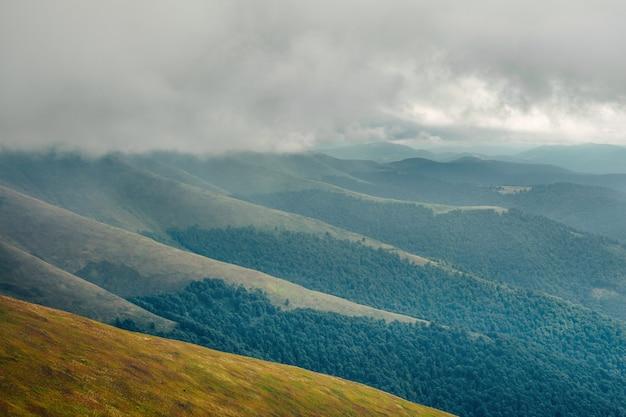 Paysage de montagne d'automne de mauvaise humeur avec des nuages