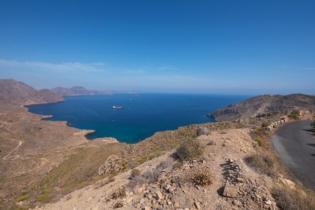 Paysage de montagne de la azohia dans la baie de cartagena, région de murcie, espagne.