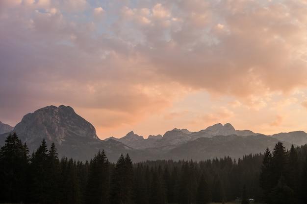 Paysage de montagne belle soirée avec des nuages colorés à l'aube. mont savin cook au coucher du soleil. parc national de durmitor, monténégro