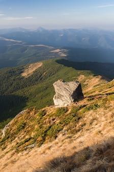 Paysage de montagne avec de belles pierres. journée d'été ensoleillée. ciel bleu avec des cumulus. carpates, ukraine, europe