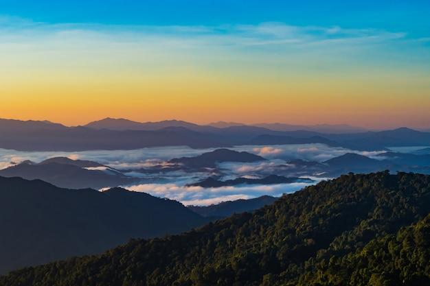 Paysage de montagne avec brouillard dans la province de nan en thaïlande