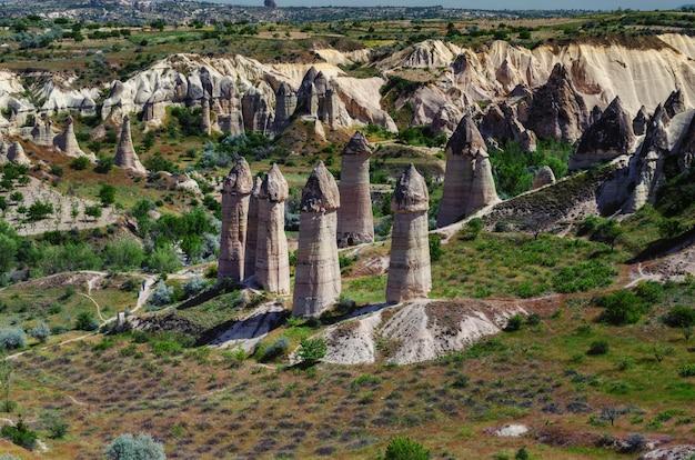 Paysage de montagne. cappadoce, anatolie, turquie. montagnes volcaniques dans le parc national de goreme.