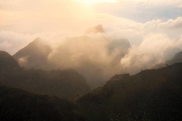 Paysage de la montagne de chiang dao avec nuage à chiangmai, thaïlande.