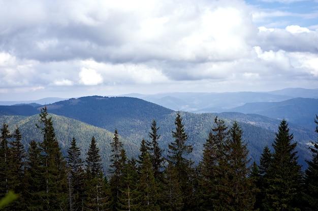 Paysage de montagne avec ciel de nuages carpates ukraine belle vue sur le paysage