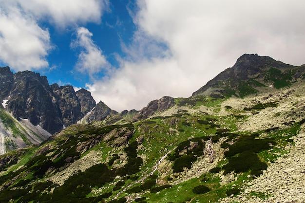 Paysage de montagne contre des nuages de ciel bleu hautes tatras slovaquie