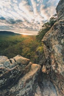 Paysage de montagne, coucher de soleil d'automne dans les rochers