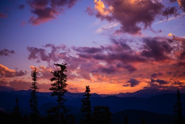 Paysage de montagne coucher de soleil