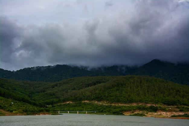 Paysage de montagne de couverture nuageuse
