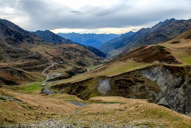Paysage de montagne dans les pyrénées avec petite route