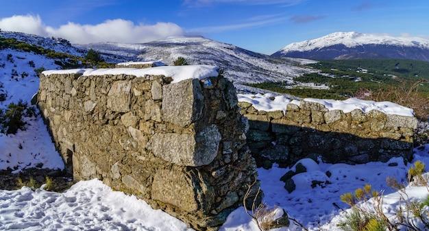 Paysage de montagne enneigé de madrid avec ciel bleu et nuages blancs. je marche dans la neige pour gravir la montagne. madrid.