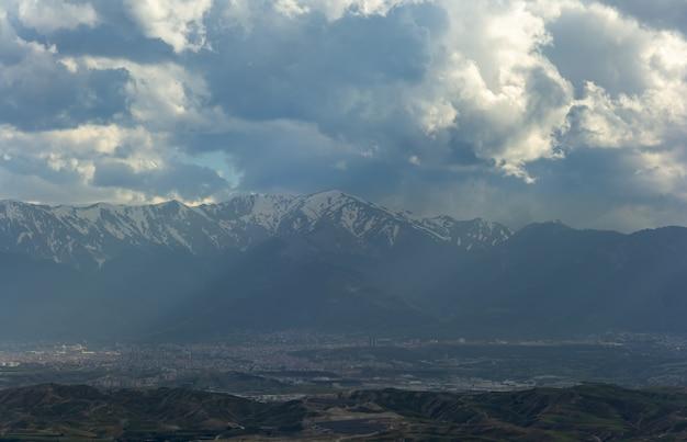 Paysage de montagne enneigée avec ciel bleu de turquie.