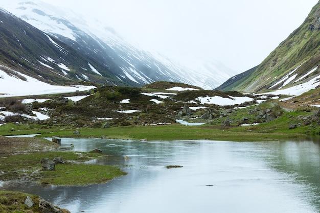 Paysage de montagne d'été avec lac alpin (alpes de silvretta, autriche).