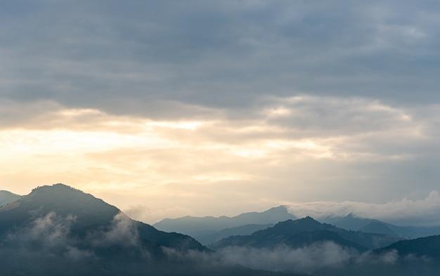 Paysage de montagne avec grenouille au moment du matin
