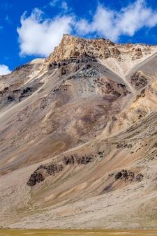 Paysage de montagne de l'himalaya le long de la route de leh à manali en inde. montagnes rocheuses majestueuses dans l'himalaya indien, le ladakh, la région du jammu-et-cachemire, en inde. concept de nature et de voyage