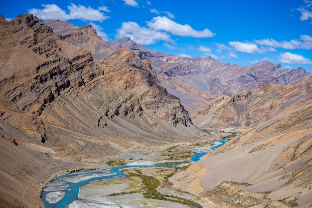 Paysage de montagne de l'himalaya le long de la route de leh à manali en inde. rivière bleue et montagnes rocheuses majestueuses dans l'himalaya indien, le ladakh, la région du jammu-et-cachemire, en inde. concept de nature et de voyage