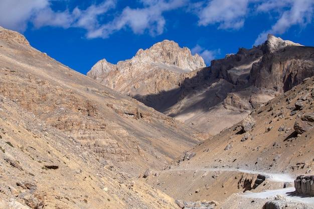 Paysage de montagne de l'himalaya le long de la route de leh à manali en inde. route sinueuse et montagnes rocheuses majestueuses dans l'himalaya indien, le ladakh, la région du jammu-et-cachemire, en inde. concept de nature et de voyage