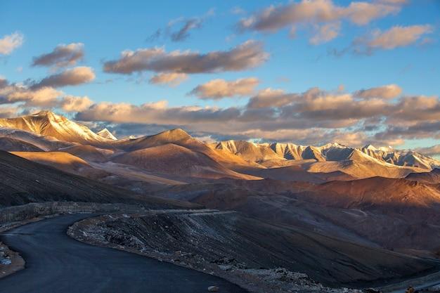 Paysage de montagne de l'himalaya le long de la route de leh à manali pendant le lever du soleil en inde. matin de montagnes rocheuses majestueuses dans l'himalaya indien, le ladakh, la région du jammu-et-cachemire, en inde. nature, concept de voyage