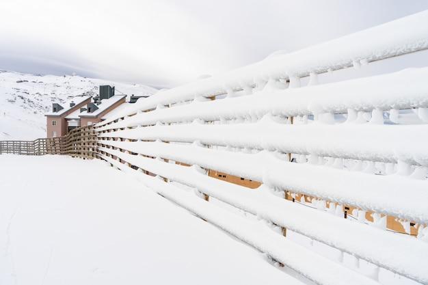 Paysage de montagne en hiver avec clôture enneigée dans la sierra nevada