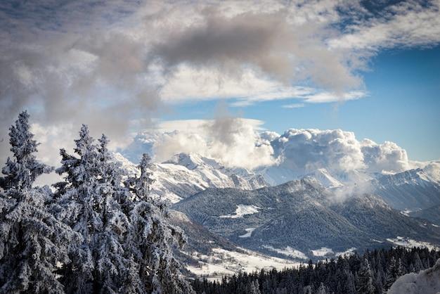 Paysage de montagne en hiver dans les alpes françaises