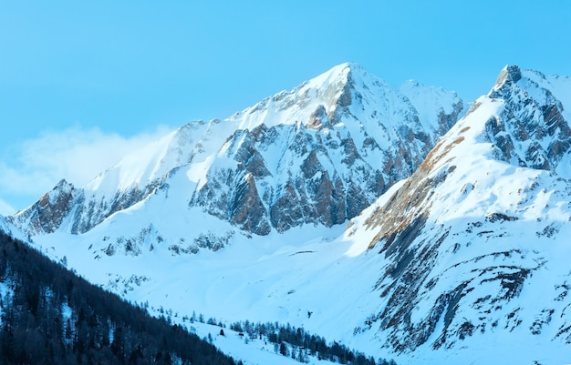 Paysage de montagne d'hiver avec forêt sur pente autriche.