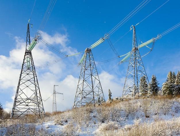 Paysage de montagne d'hiver avec ligne de courant à haute tension