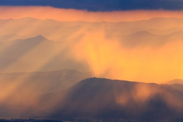 Paysage de montagne et lumière chaude et pluvieuse dans la nature, doi inthanon, chiang mai thaïlande