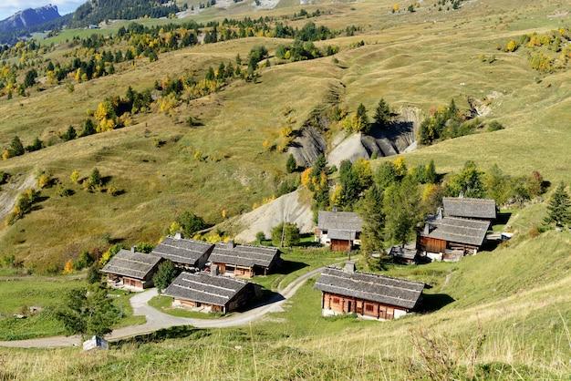 Paysage de montagne avec des maisons dans les alpes françaises