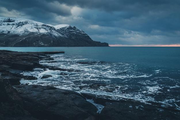 Paysage de montagne de la mer en hiver