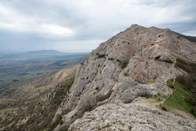 Paysage de montagne mystique mystique rocheux