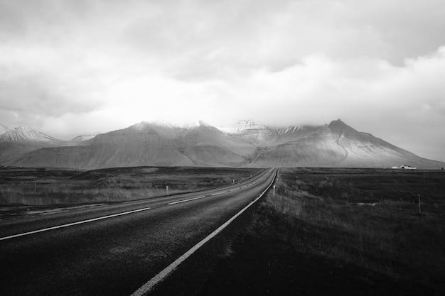 Paysage de montagne en noir et blanc