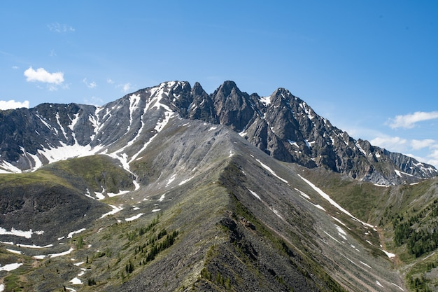 Paysage de montagne avec des nuages sibérie