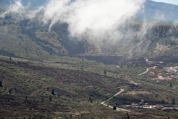 Paysage de montagne avec des nuages
