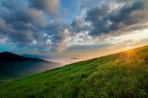 Paysage de montagne par beau temps au lever du soleil.