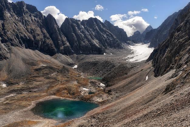 Paysage de montagne, pittoresque lac de montagne le matin d'été