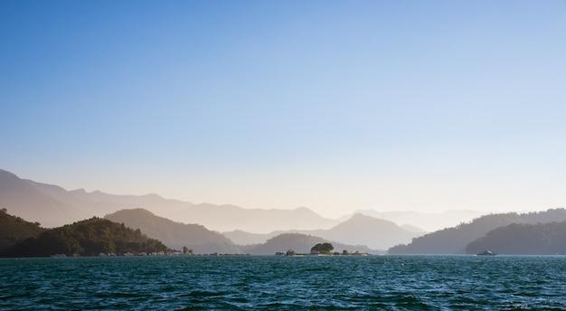 Paysage de montagne et la plage avec fond de ciel bleu.
