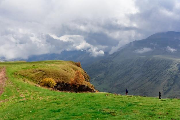 Paysage de montagne près de gudauri depuis le monument de l'amitié géorgie-russie, géorgie