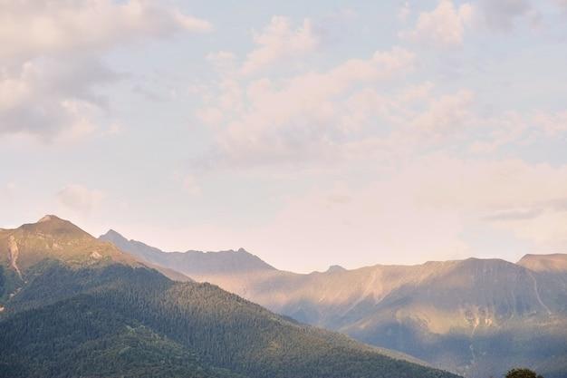 Paysage de montagne de printemps. ressource rouge de krasnaya polyana de ressource. russie.