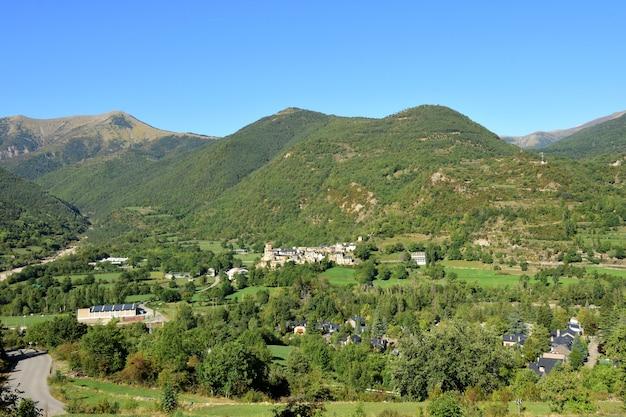 Paysage de montagne des pyrénées depuis la route qui monte à buesa en arrière-plan oto, province de huesca, aragon, espagne