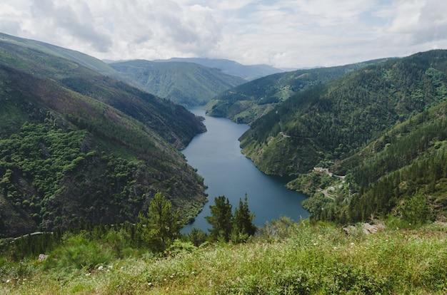Paysage de montagne avec rivière.