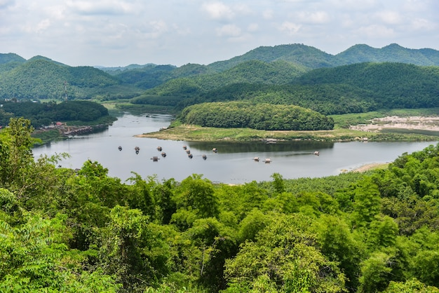 Paysage de montagne de rivière