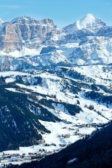 Paysage de montagne rocheuse d'hiver du matin. gardena pass dans les dolomites du tyrol du sud dans le nord-est de l'italie
