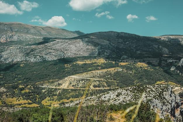 Paysage de montagne avec route serpentine dans les gorges du verdon provence france
